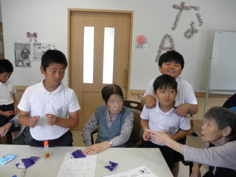 2018年9月25日 美土里小学校(4年生)の生徒さんとハロウインの壁画飾りを作り、交流をしました。