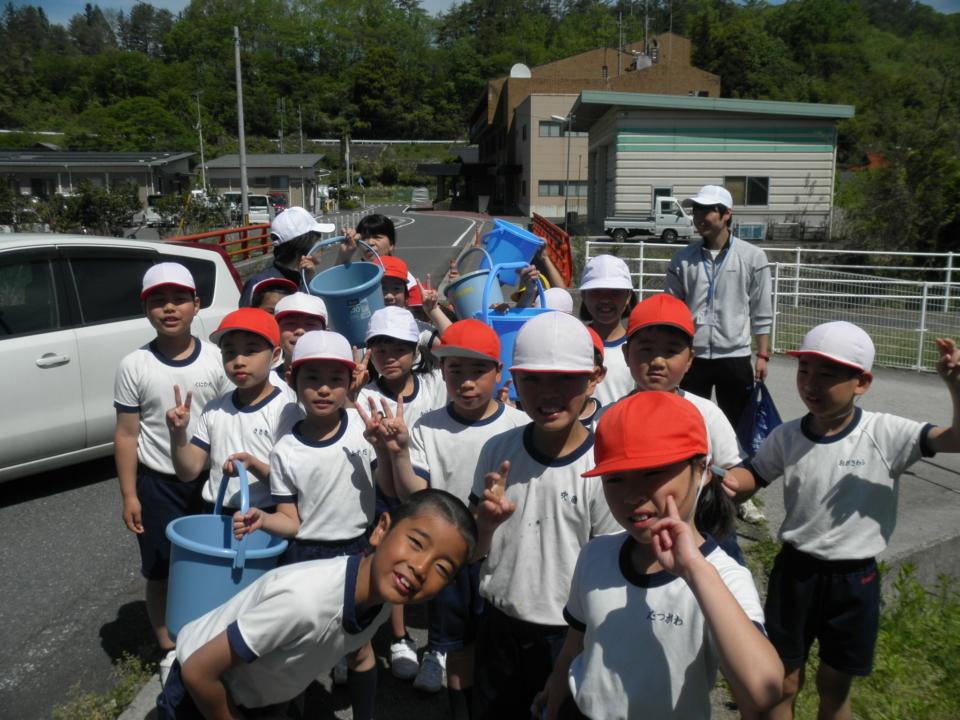 5月8日 小学6年生の生徒さんによる鮎の放流